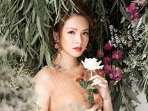 'Bà mẹ 2 con' Đan Lê đẹp như nữ thần với váy ren thêu hoa