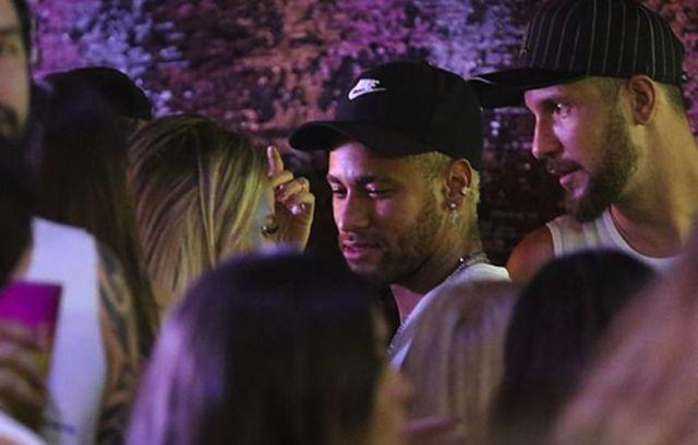 """Nghỉ thi đấu do chấn thương, Neymar tranh thủ quẩy tới bến"""" cùng nàng ca sĩ xinh đẹp-2"""