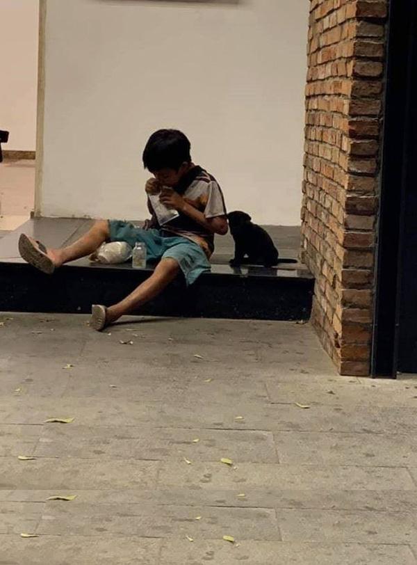 Câu chuyện về cậu bé đường phố chia sữa cho chú chó nhỏ khiến dân mạng suy ngẫm về giá trị của tình yêu thương-1