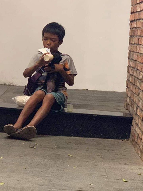 Câu chuyện về cậu bé đường phố chia sữa cho chú chó nhỏ khiến dân mạng suy ngẫm về giá trị của tình yêu thương-3