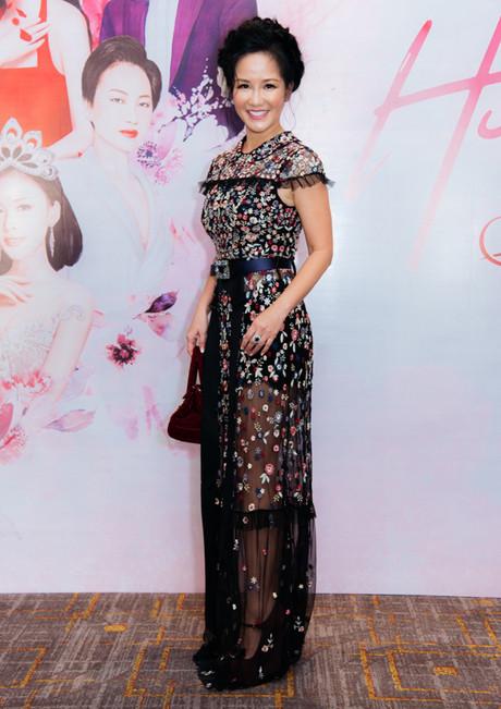 SAO MẶC XẤU: Diva Hồng Nhung rườm rà - siêu mẫu 70 tuổi diện bodysuit mém lộ hàng-1