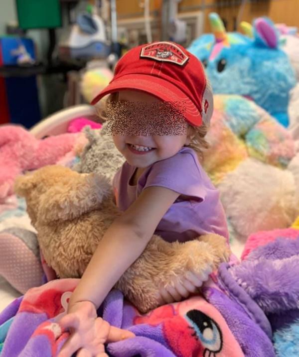 Bé 2 tuổi bị ung thư buồng trứng, cảnh báo dấu hiệu nguy hiểm cha mẹ không nên bỏ qua-1