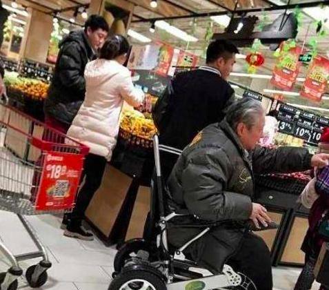 Bất ngờ trước cảnh tượng già nua tiều tụy của ngôi sao võ thuật Hồng Kim Bảo-2