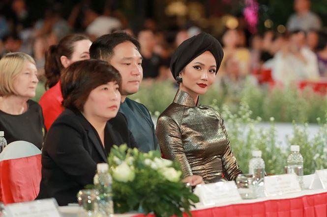 Tiểu Hoa hậu nhà Hà Kiều Anh xinh như thiên thần trình diễn áo dài-10
