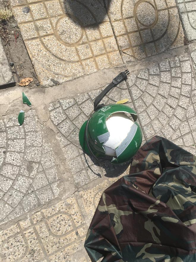 Nam thanh niên nằm bất động vì bị miếng gỗ công trình rơi trúng đầu, nát mũ bảo hiểm-3