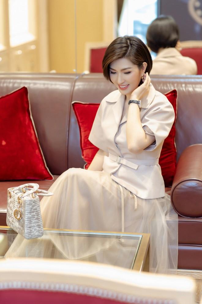 Nhan sắc rạng rỡ của nữ ca sĩ vừa trở về Việt Nam sau 15 năm biệt xứ vì scandal ảnh nóng-2