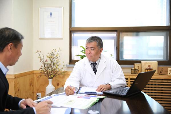 Sách viết về liệu pháp phục hồi cho người bệnh ung thư-1