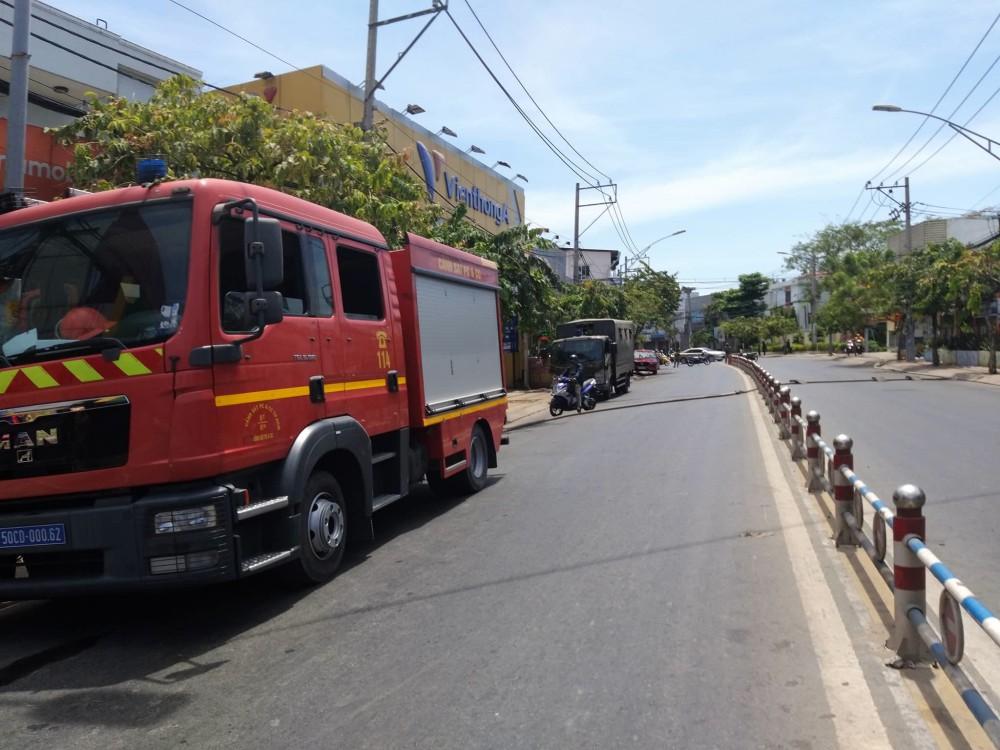 2 căn nhà ở Sài Gòn bất ngờ bị cháy rụi rồi đổ sập, gia chủ đến hiện trường gào khóc-1