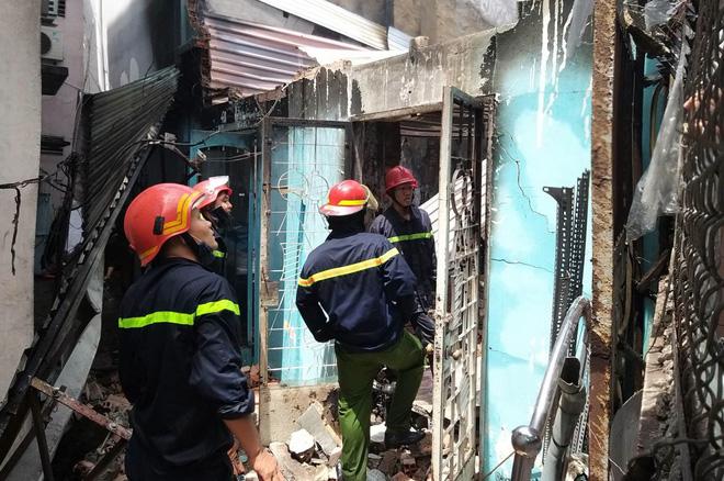 2 căn nhà ở Sài Gòn bất ngờ bị cháy rụi rồi đổ sập, gia chủ đến hiện trường gào khóc-2