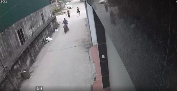 Clip: Người phụ nữ đang đi bộ bị xe ô tô phía sau nhấn ga hất tung, kéo lê hàng chục mét khiến người chứng kiến hoảng loạn-1