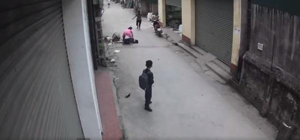 Clip: Người phụ nữ đang đi bộ bị xe ô tô phía sau nhấn ga hất tung, kéo lê hàng chục mét khiến người chứng kiến hoảng loạn-3