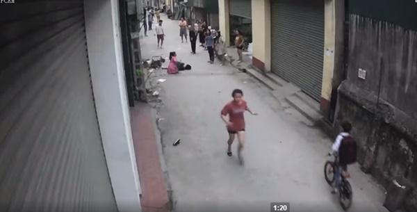 Clip: Người phụ nữ đang đi bộ bị xe ô tô phía sau nhấn ga hất tung, kéo lê hàng chục mét khiến người chứng kiến hoảng loạn-4