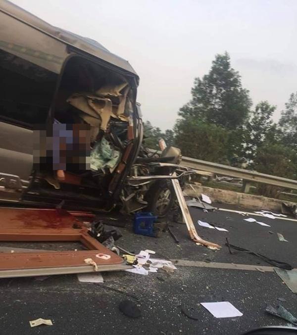 Đầu xe khách nát bét sau va chạm trên cao tốc, ít nhất 1 người tử vong và 2 người bị thương nặng-1