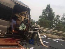 Đầu xe khách nát bét sau va chạm trên cao tốc, ít nhất 1 người tử vong và 2 người bị thương nặng