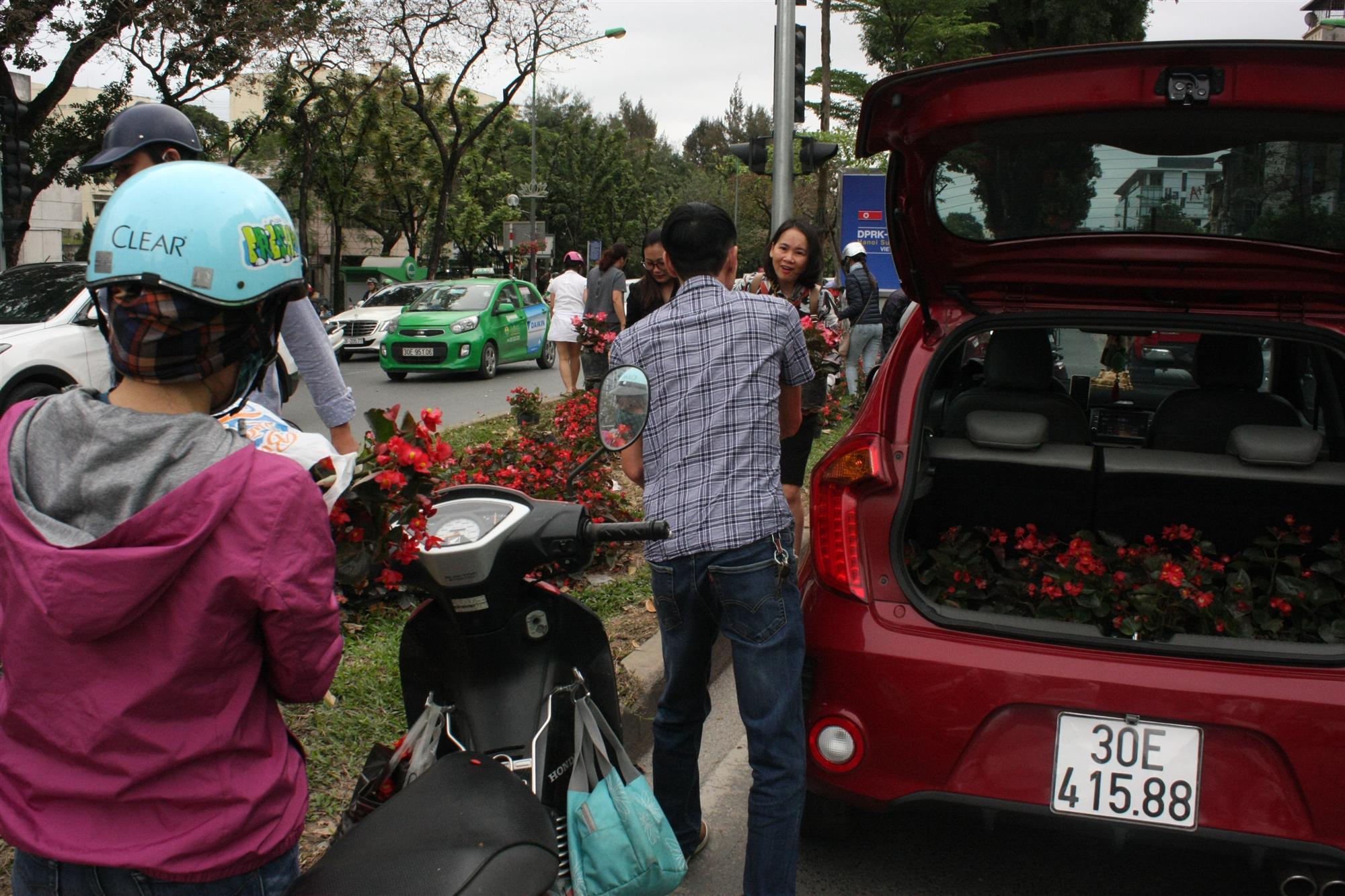 """Hà Nội, dân mang cả ô tô hôi"""" hoa sau thượng đỉnh Mỹ - Triều-1"""