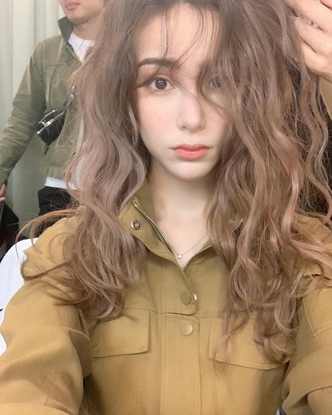 Giờ đi đâu cũng thấy chị em để tóc xoăn sóng nước, và chỉ tốn 7 phút giúp bạn hoàn thiện kiểu tóc này-3