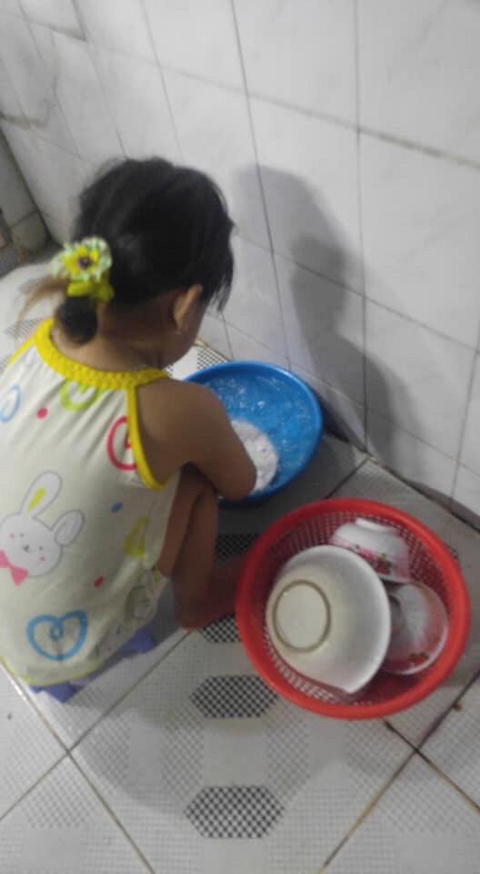"""Mẹ sinh con bằng cả mạng sống"""" và hình ảnh bé 4 tuổi tất bật làm việc nhà gây tranh cãi-2"""