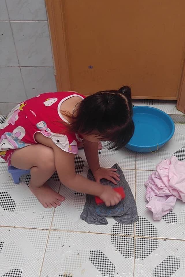 """Mẹ sinh con bằng cả mạng sống"""" và hình ảnh bé 4 tuổi tất bật làm việc nhà gây tranh cãi-3"""