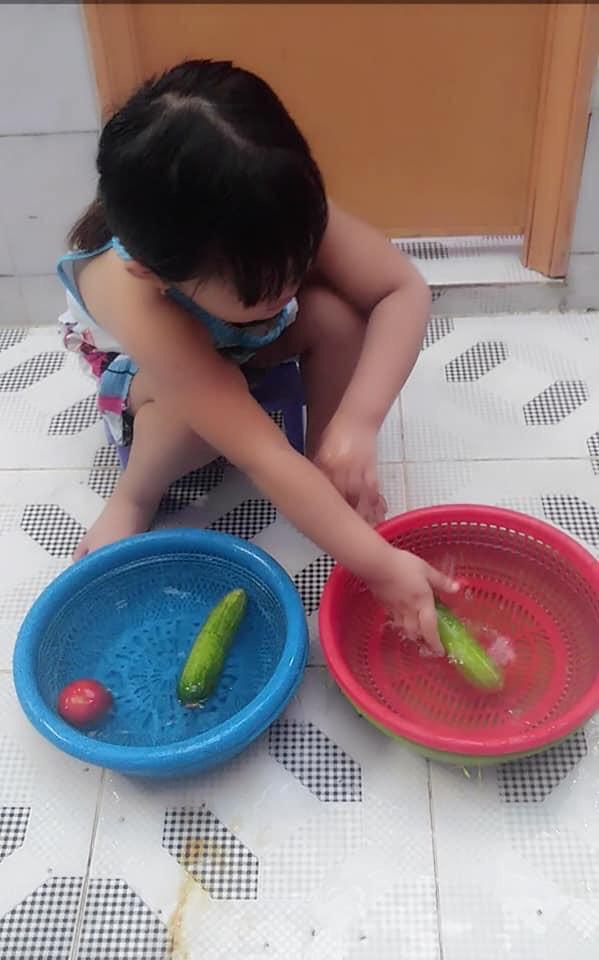 """Mẹ sinh con bằng cả mạng sống"""" và hình ảnh bé 4 tuổi tất bật làm việc nhà gây tranh cãi-7"""