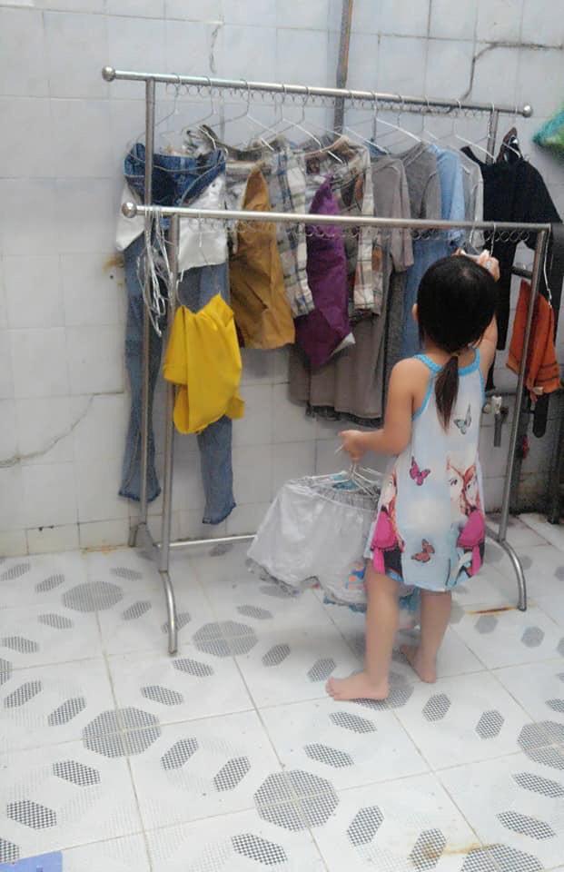 """Mẹ sinh con bằng cả mạng sống"""" và hình ảnh bé 4 tuổi tất bật làm việc nhà gây tranh cãi-8"""