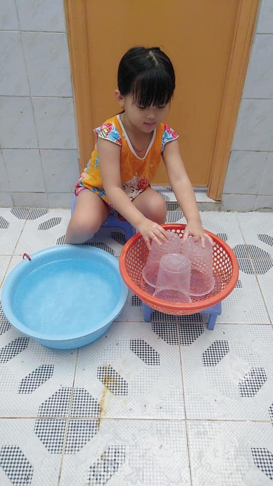"""Mẹ sinh con bằng cả mạng sống"""" và hình ảnh bé 4 tuổi tất bật làm việc nhà gây tranh cãi-10"""