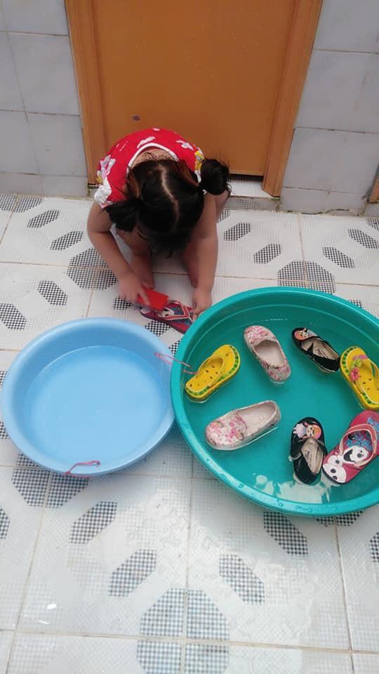 """Mẹ sinh con bằng cả mạng sống"""" và hình ảnh bé 4 tuổi tất bật làm việc nhà gây tranh cãi-11"""
