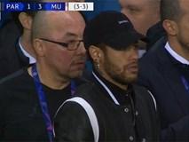 Neymar hoảng hốt, bất lực nhìn đồng đội gục ngã trước MU
