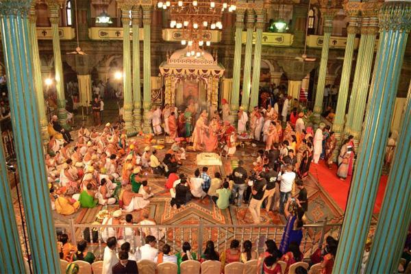 Soi vào những đám cưới dát vàng ở Ấn Độ để thấy sự xa hoa có lí lẽ của nó-6