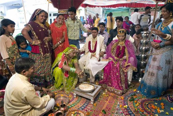 Soi vào những đám cưới dát vàng ở Ấn Độ để thấy sự xa hoa có lí lẽ của nó-7