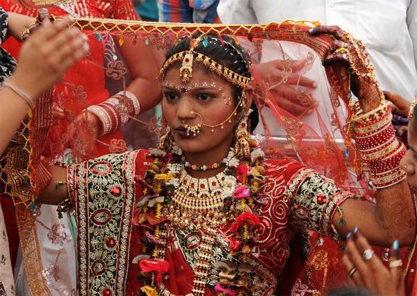 Soi vào những đám cưới dát vàng ở Ấn Độ để thấy sự xa hoa có lí lẽ của nó-9