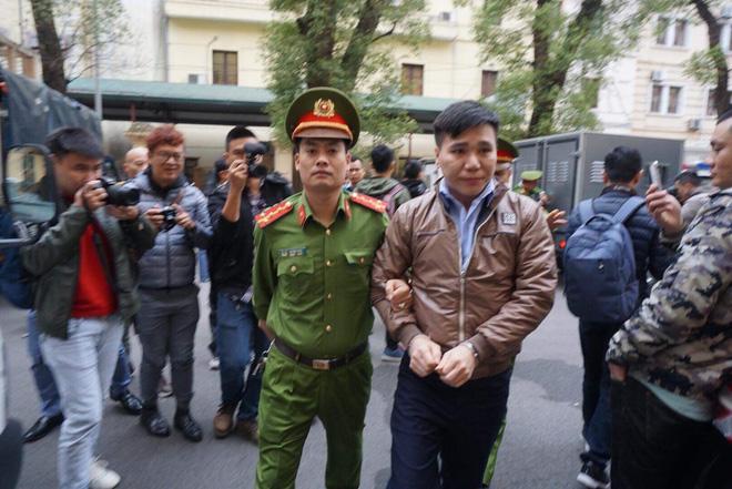 Xét xử ca sĩ Châu Việt Cường nhét tỏi khiến cô gái tử vong: Mẹ nạn nhân mang di ảnh đến tòa, khóc nức nở-3