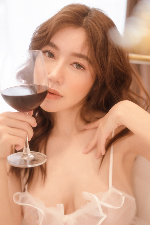 Elly Trần khoe vóc dáng nóng bỏng trong trang phục đồ ngủ-13