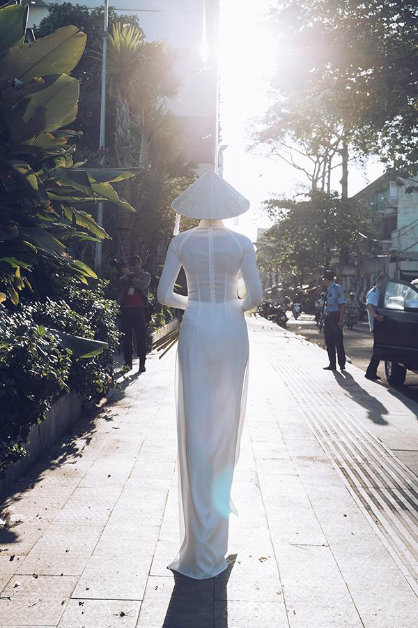 Ngất ngây với hình ảnh HHen Niê dạo phố dưới ánh nắng chiều-5