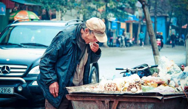 Bức ảnh ông cụ bới tìm đồ ăn trong xe rác và nỗi ám ảnh suốt 9 năm của tác giả-1