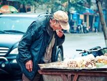 Bức ảnh ông cụ bới tìm đồ ăn trong xe rác và nỗi ám ảnh suốt 9 năm của tác giả