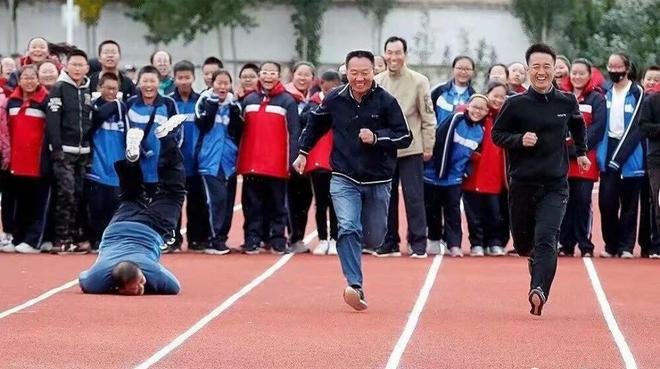 Chết cười khi thầy cô tham gia thi đấu thể thao: những pha tạo dáng và biểu cảm có tính giải trí cực mạnh-1