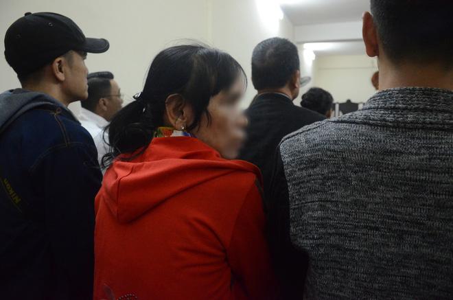 Nỗi đau và giọt nước mắt của 2 người mẹ trong phiên xét xử ca sĩ Châu Việt Cường nhét tỏi vào miệng khiến cô gái trẻ tử vong-5