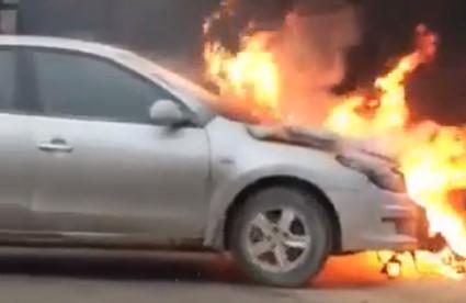 Hàng chục người hò nhau kéo ôtô bốc cháy ra khỏi nhà-1