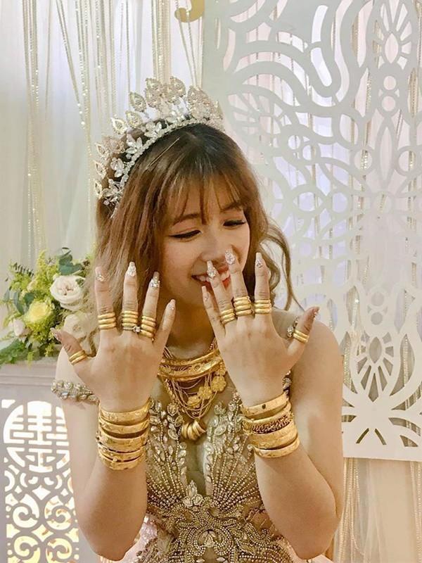Hình ảnh cô dâu đeo vàng trĩu người khiến dân mạng hài hước xuýt xoa: Lấy chồng đúng là một gánh nặng!-3