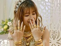 Hình ảnh cô dâu đeo vàng trĩu người khiến dân mạng hài hước xuýt xoa: