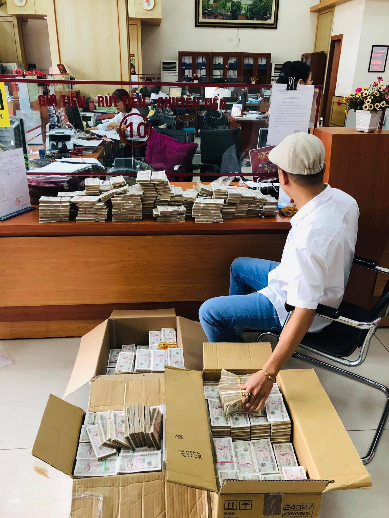 Hình ảnh nam thanh niên lầy lội mang 200 triệu toàn mệnh giá 2.000 đồng đi gửi ngân hàng khiến nhiều người xôn xao-1