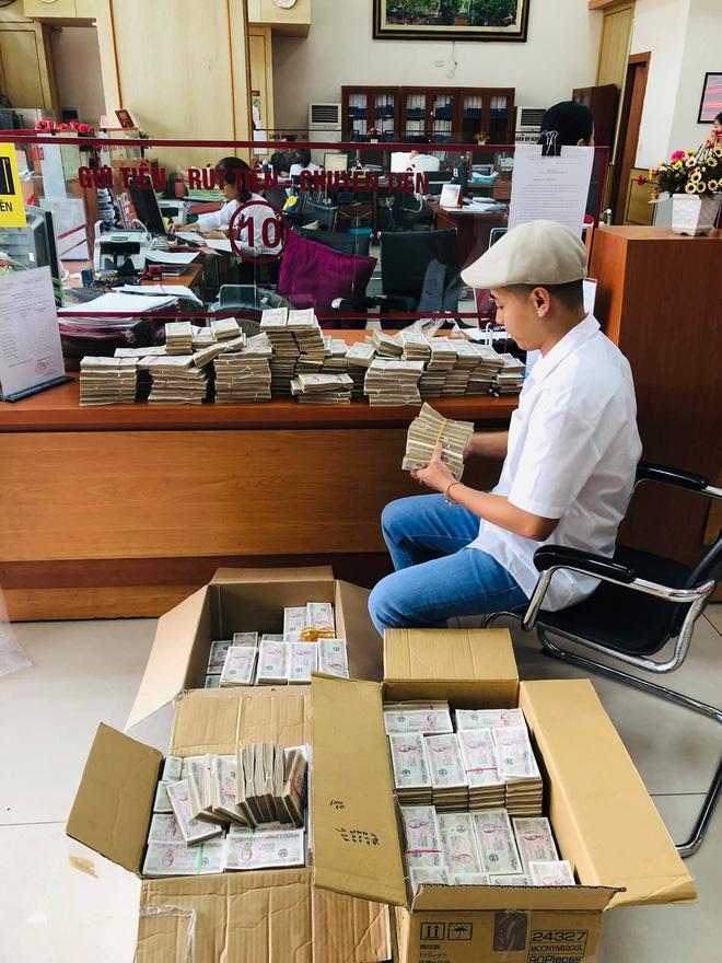 Hình ảnh nam thanh niên lầy lội mang 200 triệu toàn mệnh giá 2.000 đồng đi gửi ngân hàng khiến nhiều người xôn xao-2