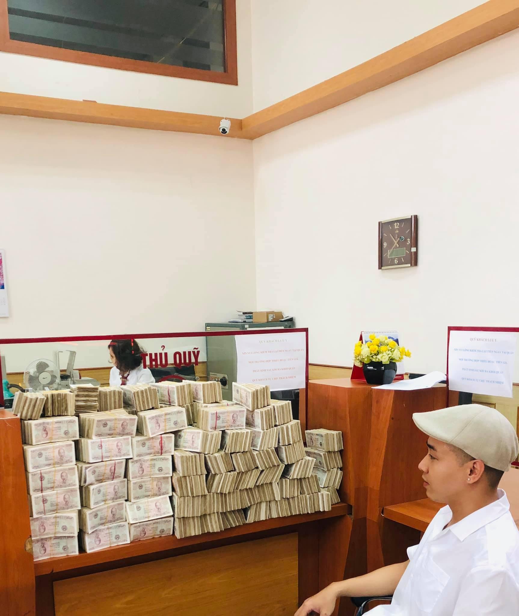 Hình ảnh nam thanh niên lầy lội mang 200 triệu toàn mệnh giá 2.000 đồng đi gửi ngân hàng khiến nhiều người xôn xao-3