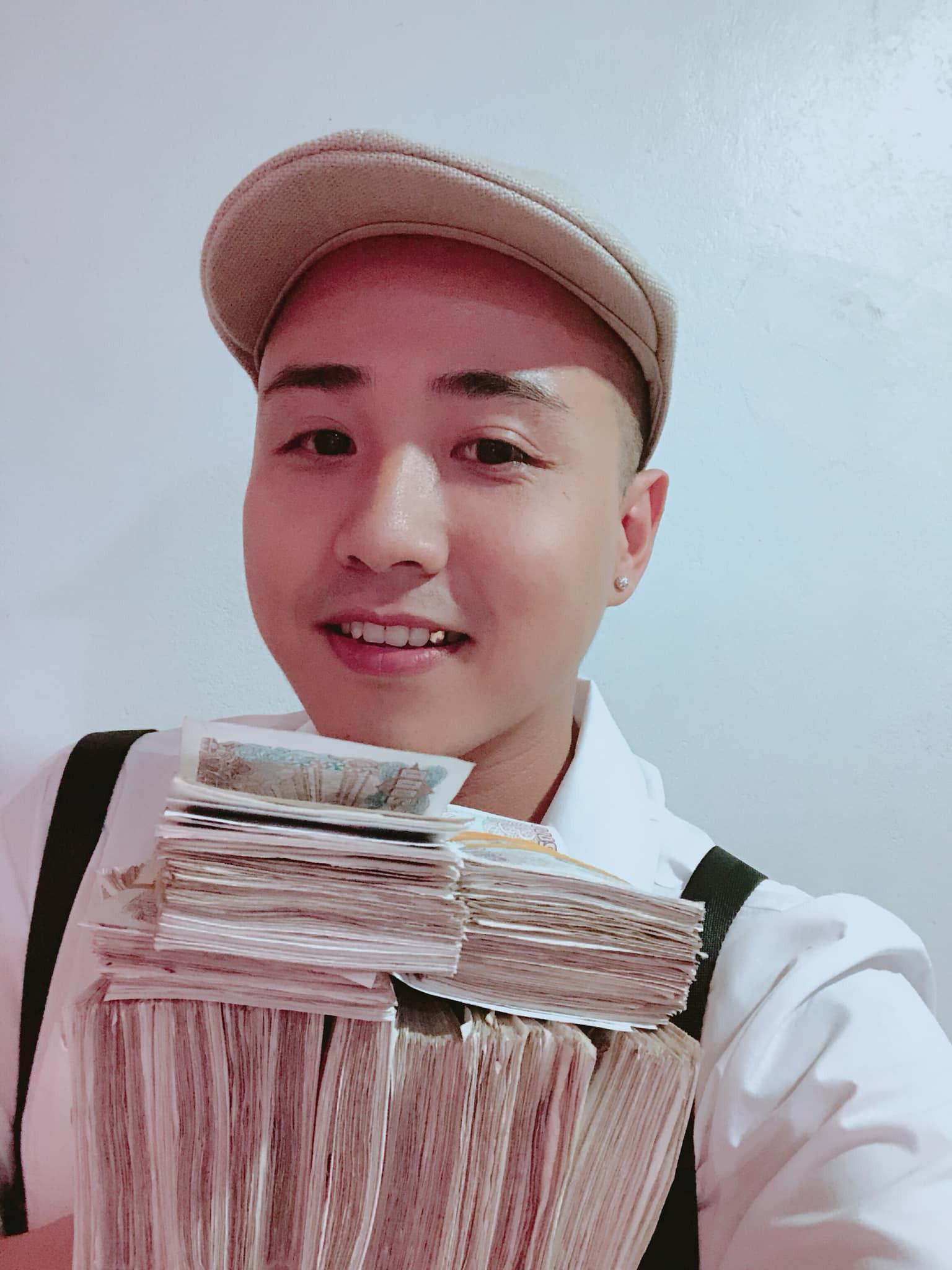 Hình ảnh nam thanh niên lầy lội mang 200 triệu toàn mệnh giá 2.000 đồng đi gửi ngân hàng khiến nhiều người xôn xao-4