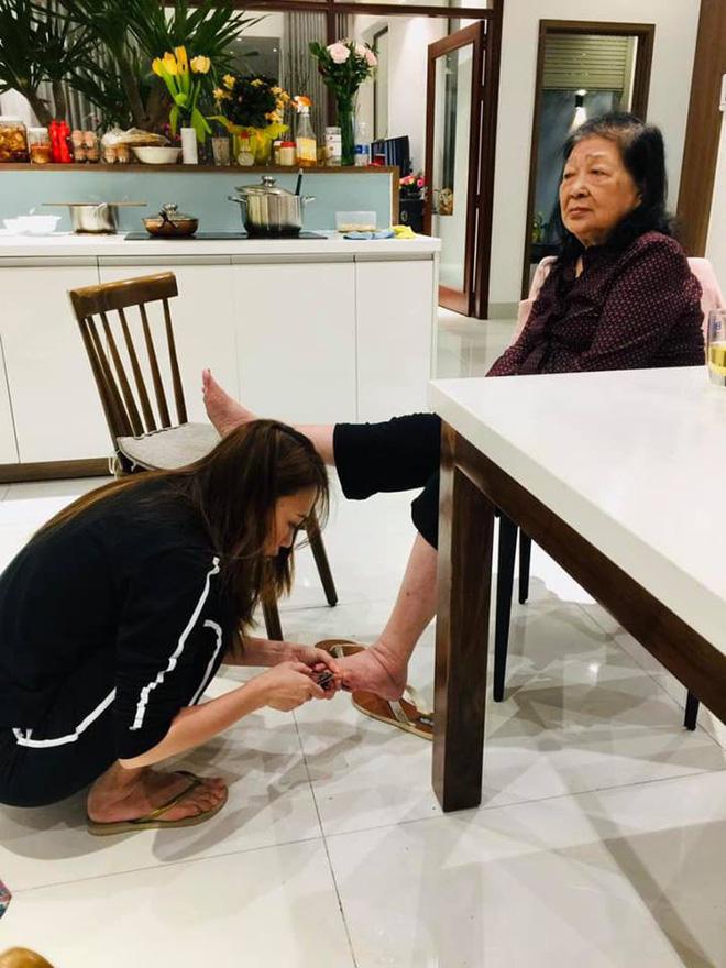 Mỹ Tâm đi tông, ngồi dưới sàn nhà cắt móng chân cho mẹ gây xúc động ngày 8/3-1