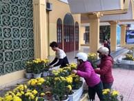 Phản cảm cảnh 'tranh cướp' hoa trang trí ở ga Đồng Đăng