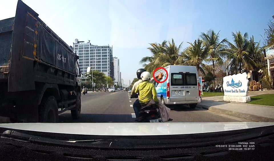 Xử lý nam thanh niên chở vợ, cầm gạch ném vỡ kính ô tô tải đang chạy trên đường phố Đà Nẵng-2