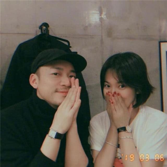 Ơn giời, Song Joong Ki cuối cùng cũng đã chịu đeo nhẫn cưới rồi!-1