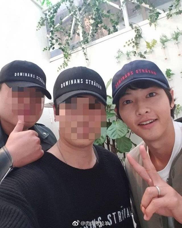 Ơn giời, Song Joong Ki cuối cùng cũng đã chịu đeo nhẫn cưới rồi!-4