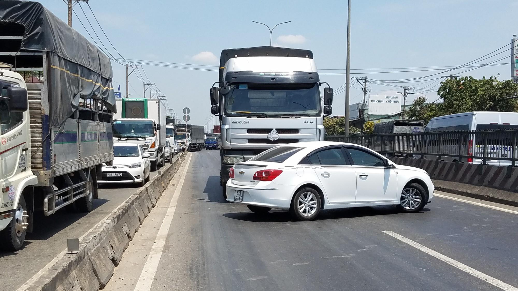 Nam tài xế kêu cứu thất thanh trong xế hộp xoay ngang bị xe tải đẩy hơn 20m trên quốc lộ 1-1